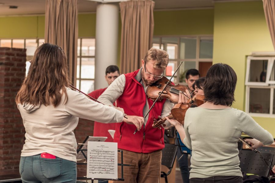 Comenzó el seminario de cuerdas a estudiantes y profesores de orquestas de la provincia