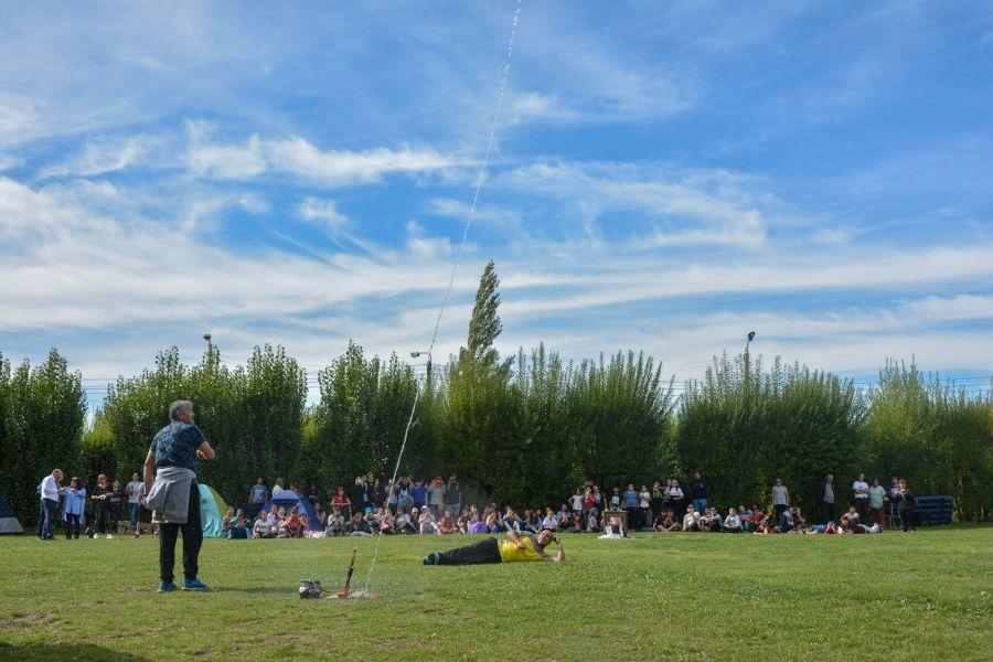 El proyecto del cohete de agua toma vuelo en manos de los alumnos de Santa Cruz